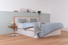 Wasserbett mit gepolstertem Sockel + Wandpaneel Quaddro + Topper + Nachtischtablage + Laken